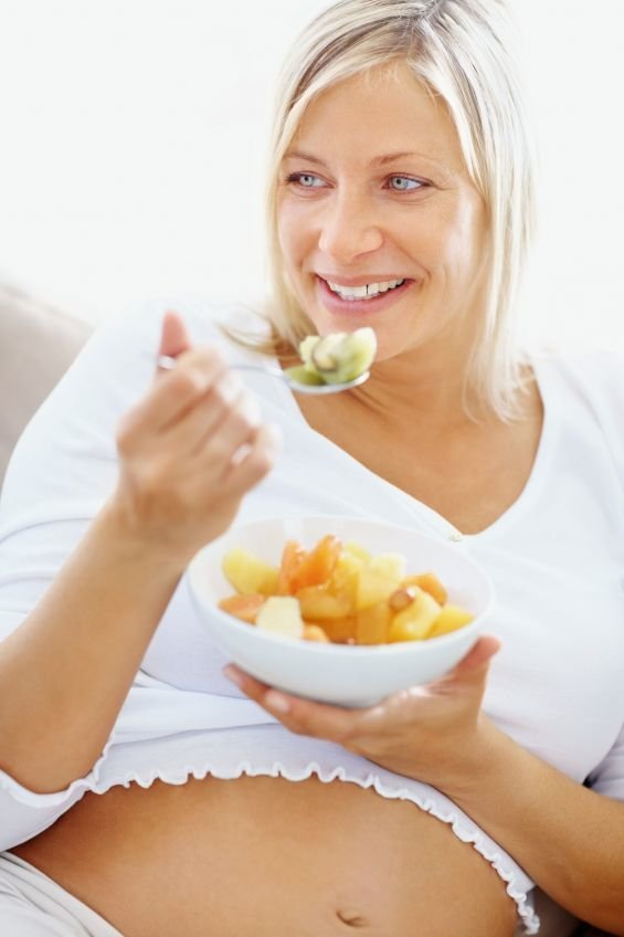 pregnant-lady-eating-food