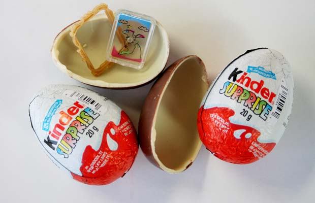 UNDATED ó U.S. authorities are urging Canadians to stop sending Kinder Surprise chocolate eggs to that country this holiday season because of a long-standing ban on the products south of the border. For Sarah Schmidt (Canwest). CNS-KINDER